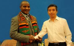 彭国飞副董事长与赞比亚副总统卢潘多.姆瓦佩合影